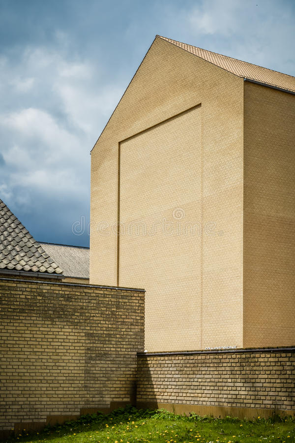 Gelber Modernismus - riesige unornamented Ziegelsteinfassade stockbild