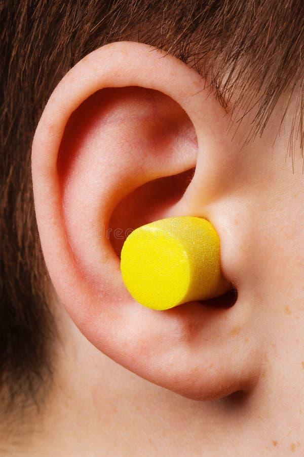 Gelber Ohrenpfropfen lizenzfreie stockbilder