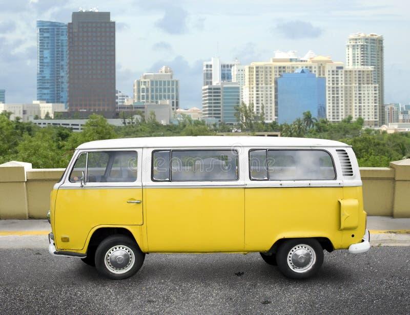 Gelber Packwagen der Weinlese lizenzfreies stockfoto