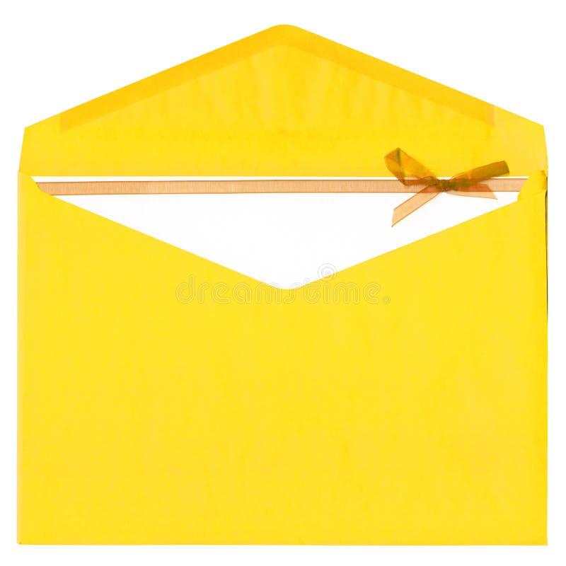 Gelber Papierumschlag mit dem Bogen getrennt auf Weiß lizenzfreie stockbilder