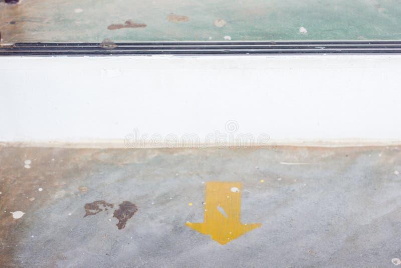 Download Gelber Pfeilaufkleber Auf Dem Boden Mit Kopienraum Stockbild - Bild von reise, hintergrund: 90237023