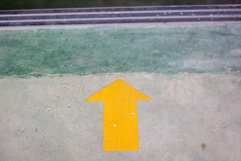 Download Gelber Pfeilaufkleber Auf Dem Boden Mit Kopienraum Stockbild - Bild von schwarzes, zeile: 90237259