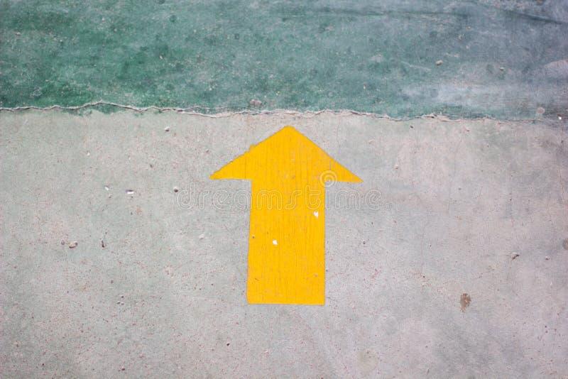 Download Gelber Pfeilaufkleber Auf Dem Boden Mit Kopienraum Stockbild - Bild von fußboden, schwarzes: 90237359
