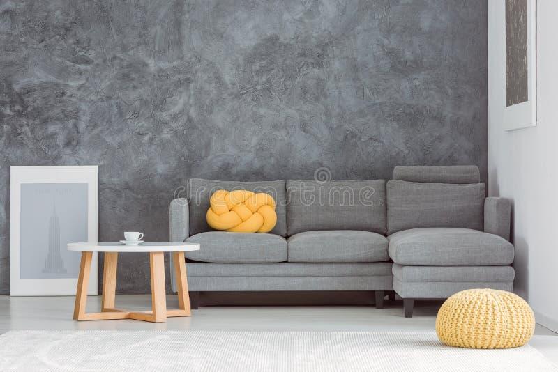 Gelber Puff im Wohnzimmer lizenzfreies stockfoto
