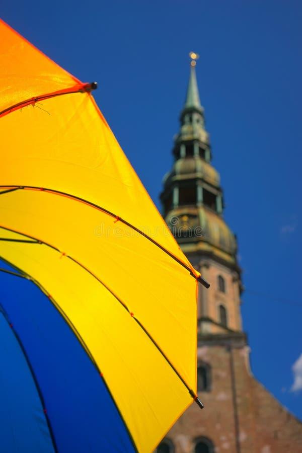 Gelber Regenschirm in der alten Stadt lizenzfreies stockfoto