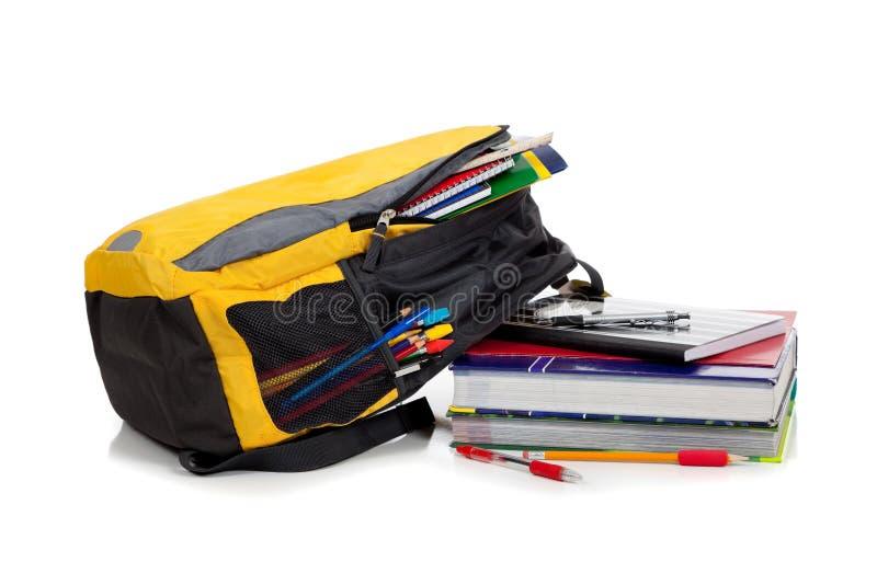 Gelber Rucksack mit Schulezubehör stockfotografie