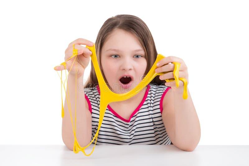 Gelber Schlamm in den Händen eines Mädchens lizenzfreie stockfotografie