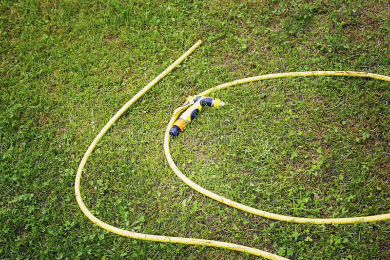 Gelber Schlauch für die Bewässerung stockfoto