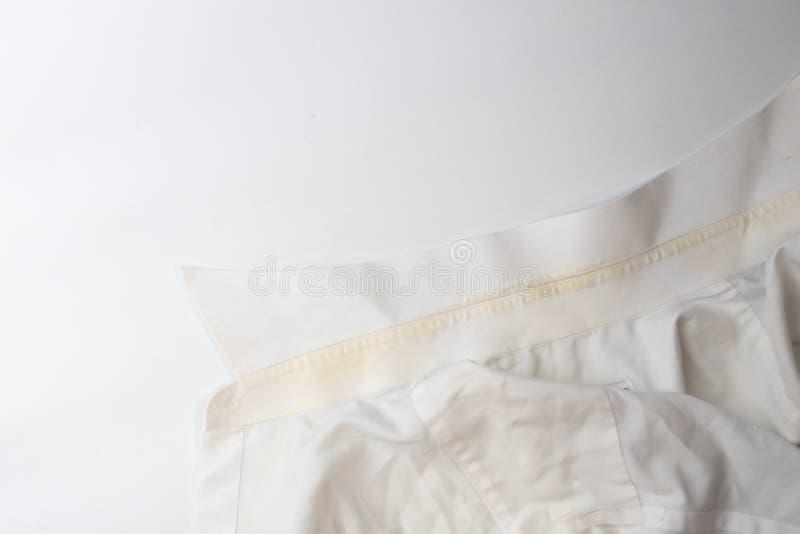 Gelber schmutziger Fleck auf Kragenhemd lizenzfreies stockfoto