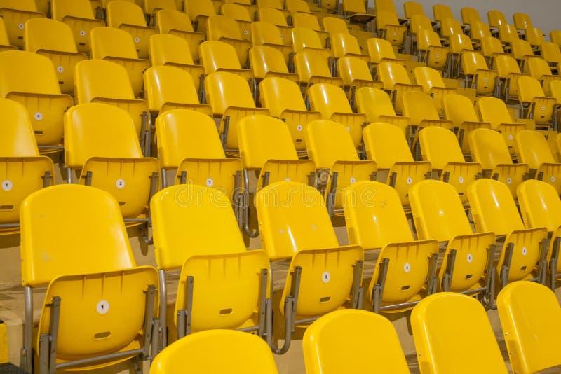 Gelber Sitz im Stadion stockbild