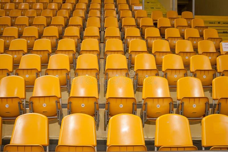 Gelber Sitz im Stadion stockfoto
