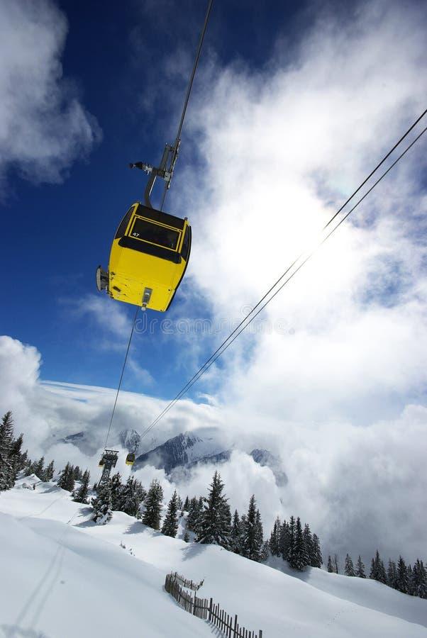 Gelber Skiaufzug in den Alpen stockbilder
