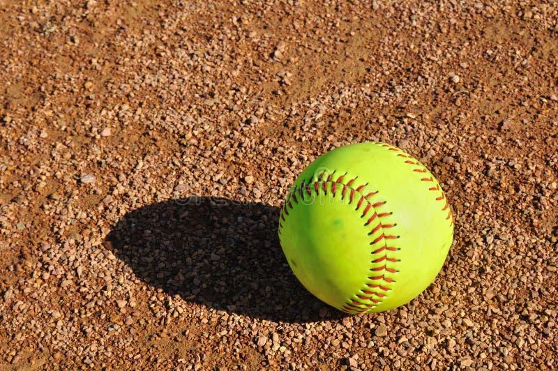 Gelber Softball auf dem Innenfeld lizenzfreie stockbilder