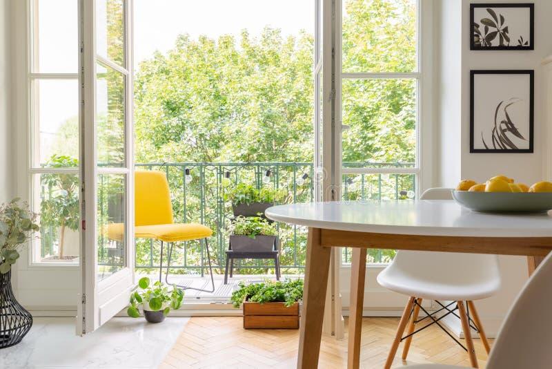 Gelber Stuhl auf dem Balkon des eleganten Kücheninnenraums, wirkliches Foto lizenzfreie stockbilder