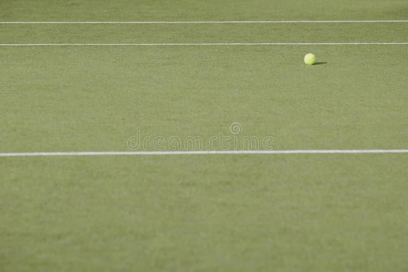 Gelber Tennisball nahe der Linie lizenzfreies stockfoto
