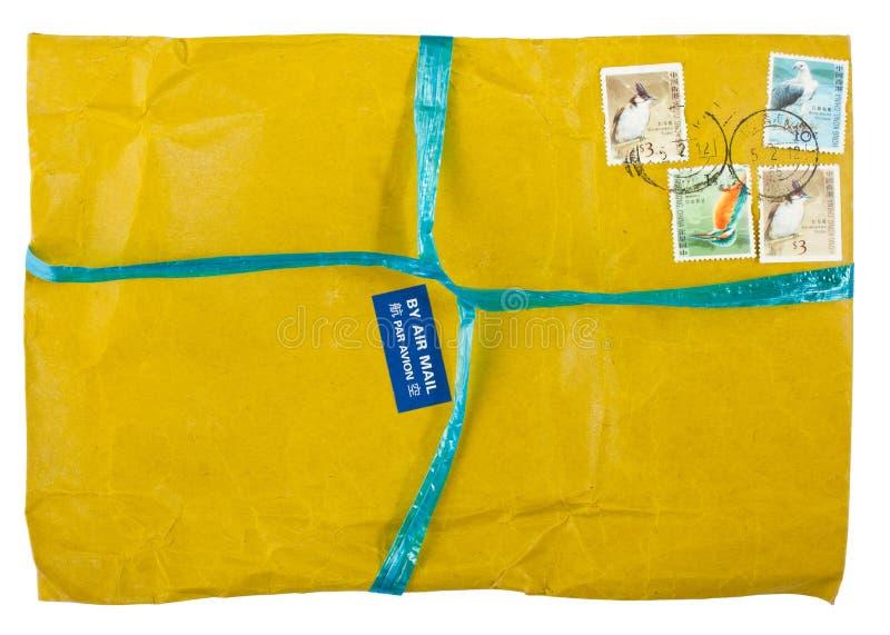 Gelber Umschlag der Weinlese mit Stempeln lizenzfreie stockbilder