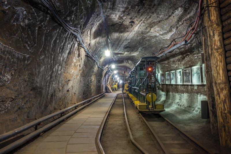 Gelber und grüner Personenzug in einem Bergwerk stockbilder