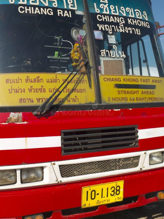 Gelber und roter thailändischer Bus lizenzfreie stockfotografie