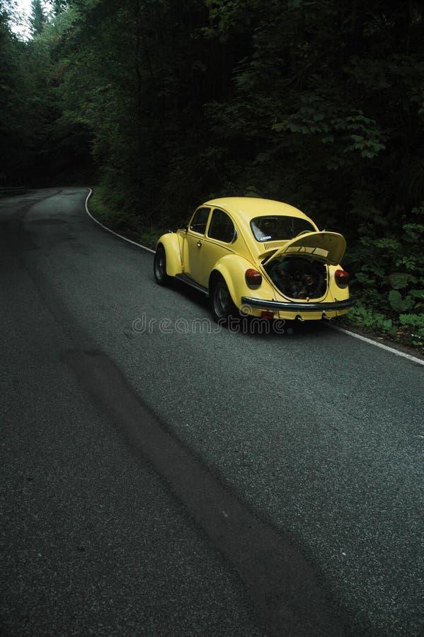 Gelber VW-Käfer 1302 lizenzfreie stockbilder