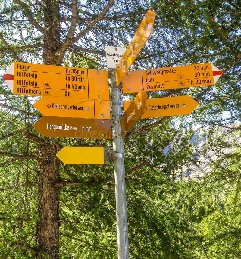 Gelber Wegweiser mit Richtungen zu den verschiedenen Wanderwegen in Matterhorn, Zermatt, die Schweiz, Europa lizenzfreie stockbilder