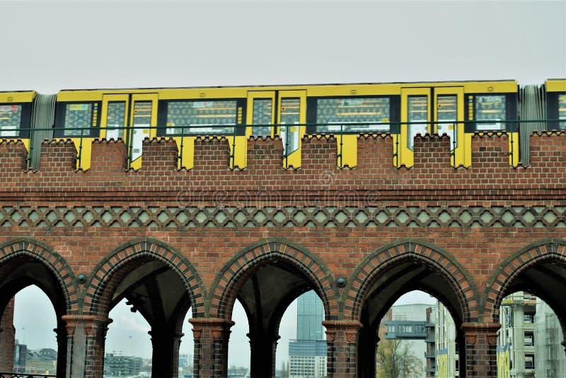 Gelber Zug über der Brücke stockfoto