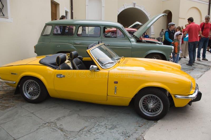 Gelbes altes Auto stockfoto