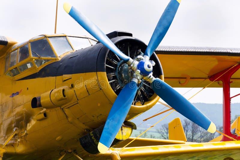 Gelbes Antonow An-2 steht auf Flugplatz stockbilder
