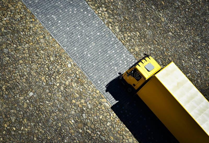 Gelbes Auto auf der Steinpflasterung lizenzfreie stockbilder