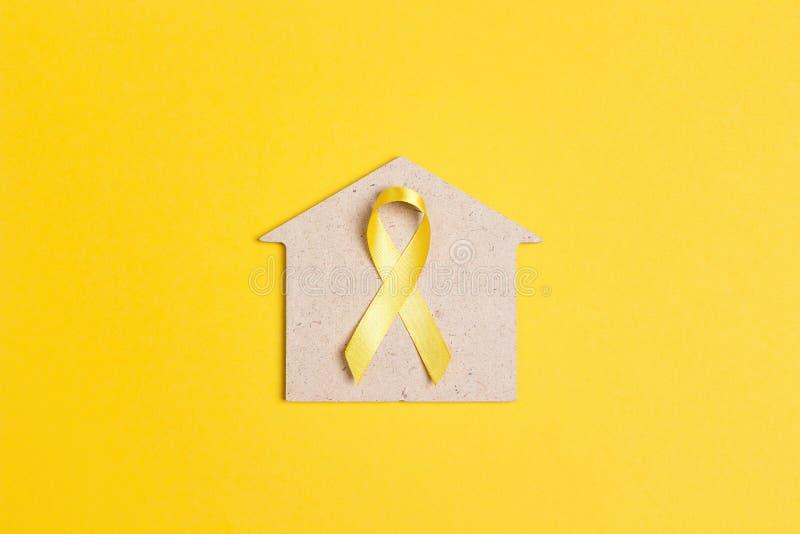 Gelbes Band mit Haussymbol auf gelbem Hintergrund stockfotos