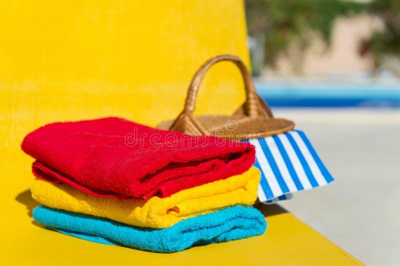 Gelbes Bett am Swimmingpool stockbild