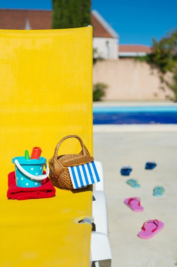Gelbes Bett am Swimmingpool lizenzfreie stockfotos