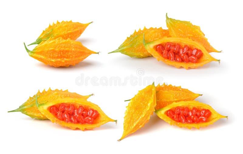 Gelbes bittermelon auf weißem Hintergrund lizenzfreie stockfotografie