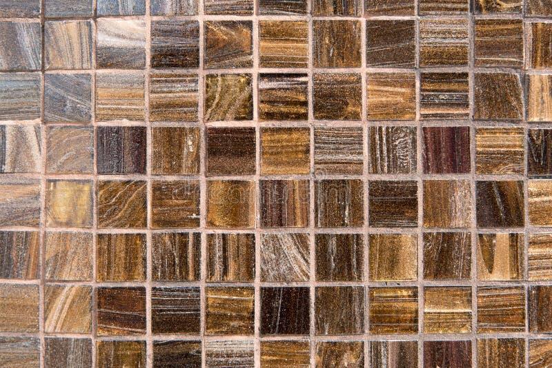 Gelbes Braun deckt Gitterwand für abstrakte Beschaffenheit und Hintergrund mit Ziegeln lizenzfreie stockbilder