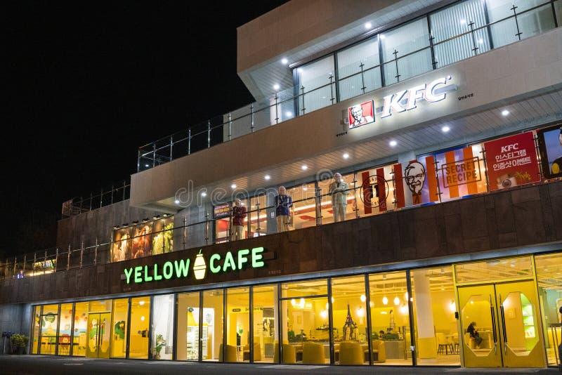 Gelbes Café- und KFC-Restaurant bei Seogwipo lizenzfreies stockbild
