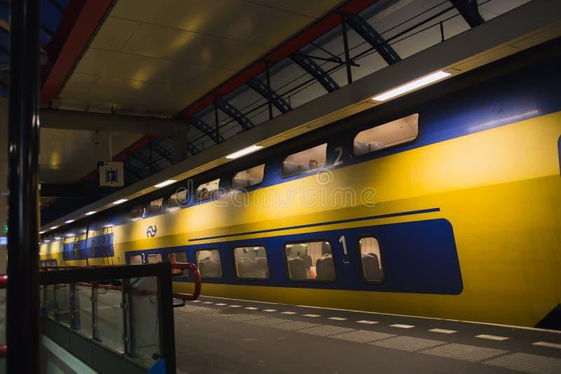 Gelbes Doppeldeckerzugblau lizenzfreie stockfotografie