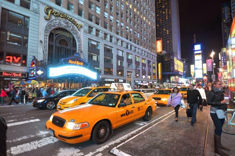 Gelbes Fahrerhaus im Times Square nachts, New York City stockfotografie