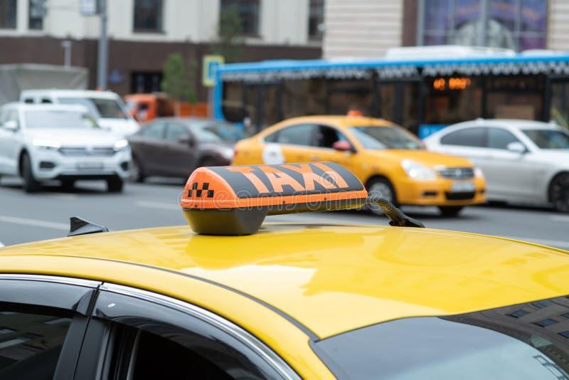 Gelbes Fahrerhaus mit Taxizeichen auf dem Dach geparkt auf den Stadtstraßenwartepassagieren, um aufzuheben Das Taxi wird auf der  stockfotos