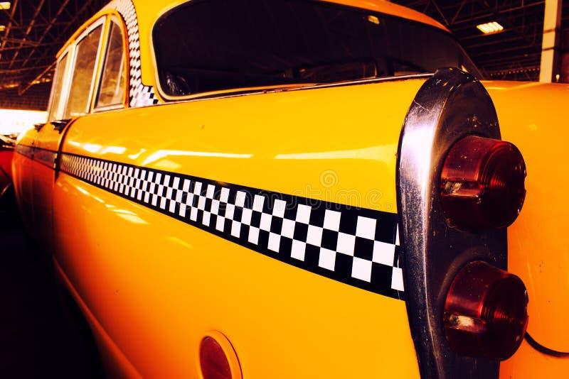 Gelbes Fahrerhaus-Taxi, Farbdetail über das Rücklicht des Taxi-Kontrolleurs stockbilder