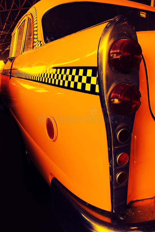 Gelbes Fahrerhaus-Taxi, Farbdetail über das Rücklicht des Taxi-Kontrolleurs stockbild