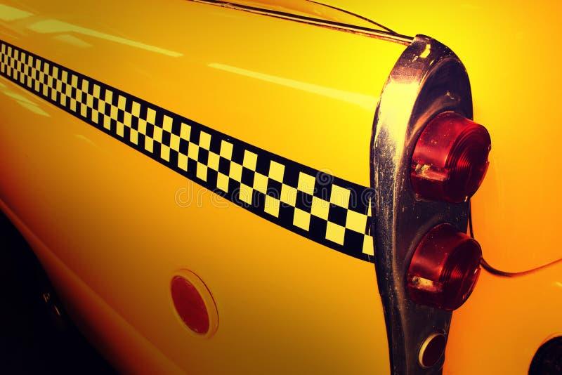 Gelbes Fahrerhaus-Taxi, Rückseite des Taxis lizenzfreies stockfoto