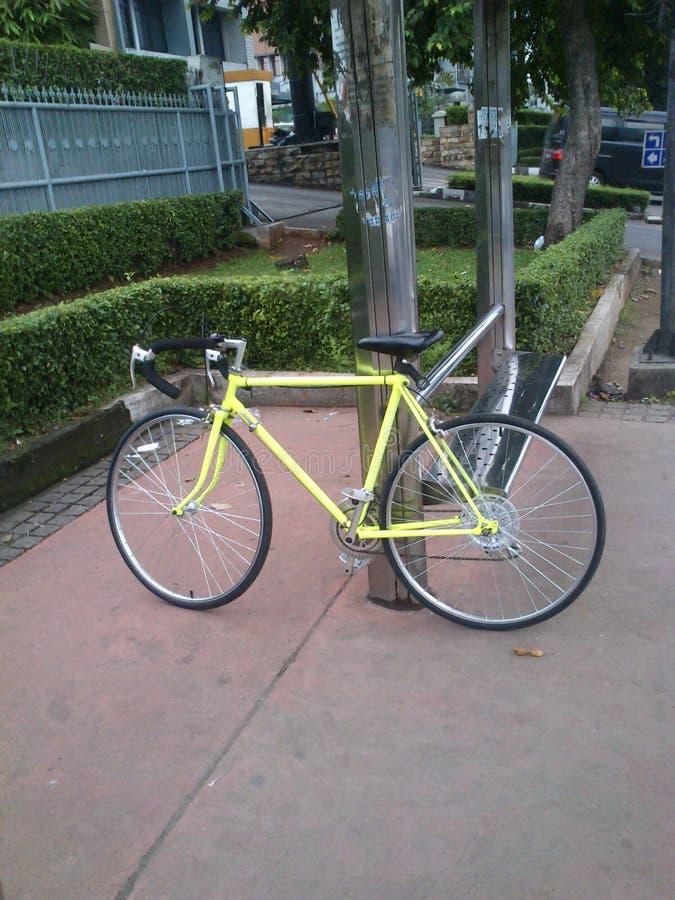Gelbes Fahrrad stockfoto
