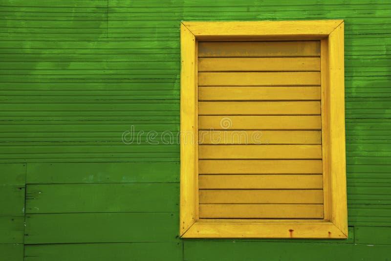 Gelbes Fenster auf grünem Haus lizenzfreies stockbild