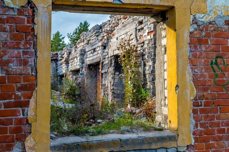 Gelbes Fenster im roten brickwall lizenzfreie stockbilder