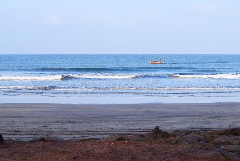 Gelbes Fischerboot im Seenahen Ufer an Ladghar-Strand, Indien - Natur-Hintergrund stockfoto