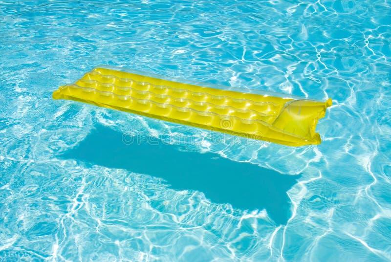 Gelbes Floß, das in ein Pool schwimmt lizenzfreies stockbild
