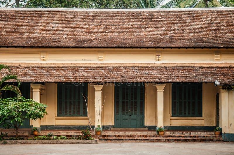 Gelbes französisches Kolonialgebäude mit grüner Tür in Luang Prabang - Laos stockfoto