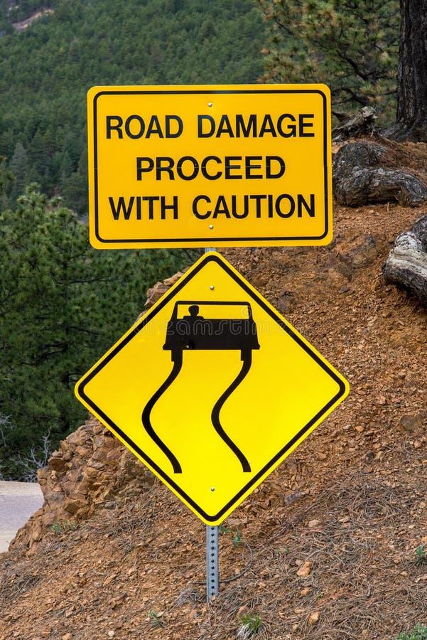 Gelbes Gefahrenverkehrszeichen stockbild