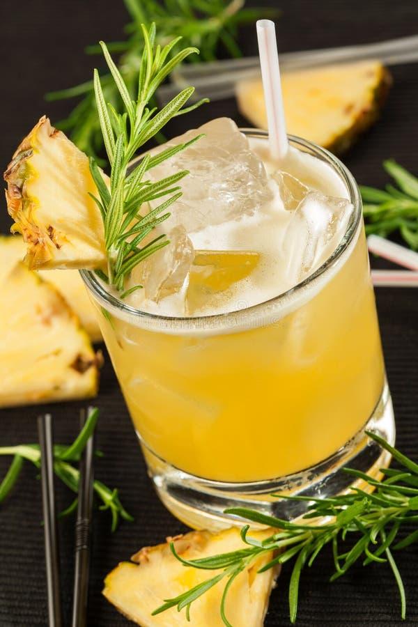 Gelbes Getränk auf einem schwarzen Hintergrund stockfoto