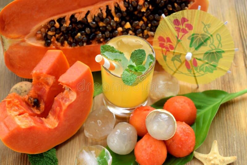 Gelbes Getränk verziert mit einem Stroh und einer Minze lizenzfreies stockfoto