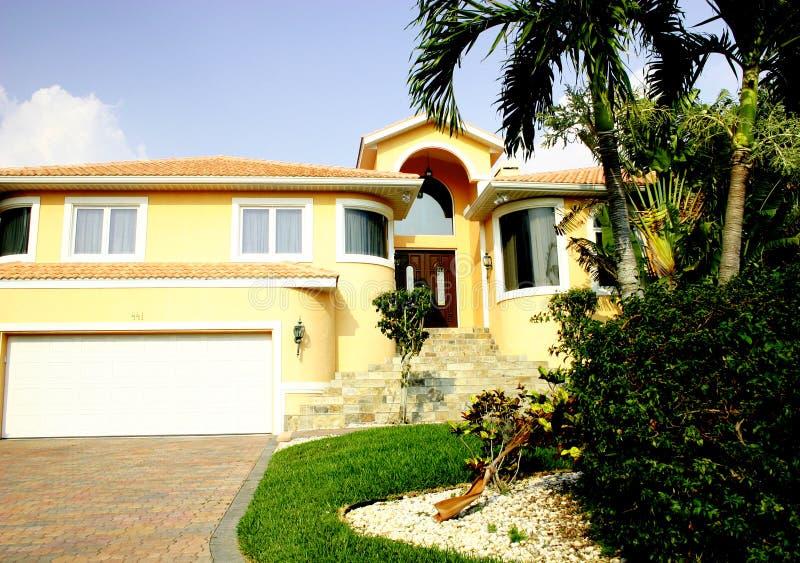 Gelbes Haus in den Tropen stockbild
